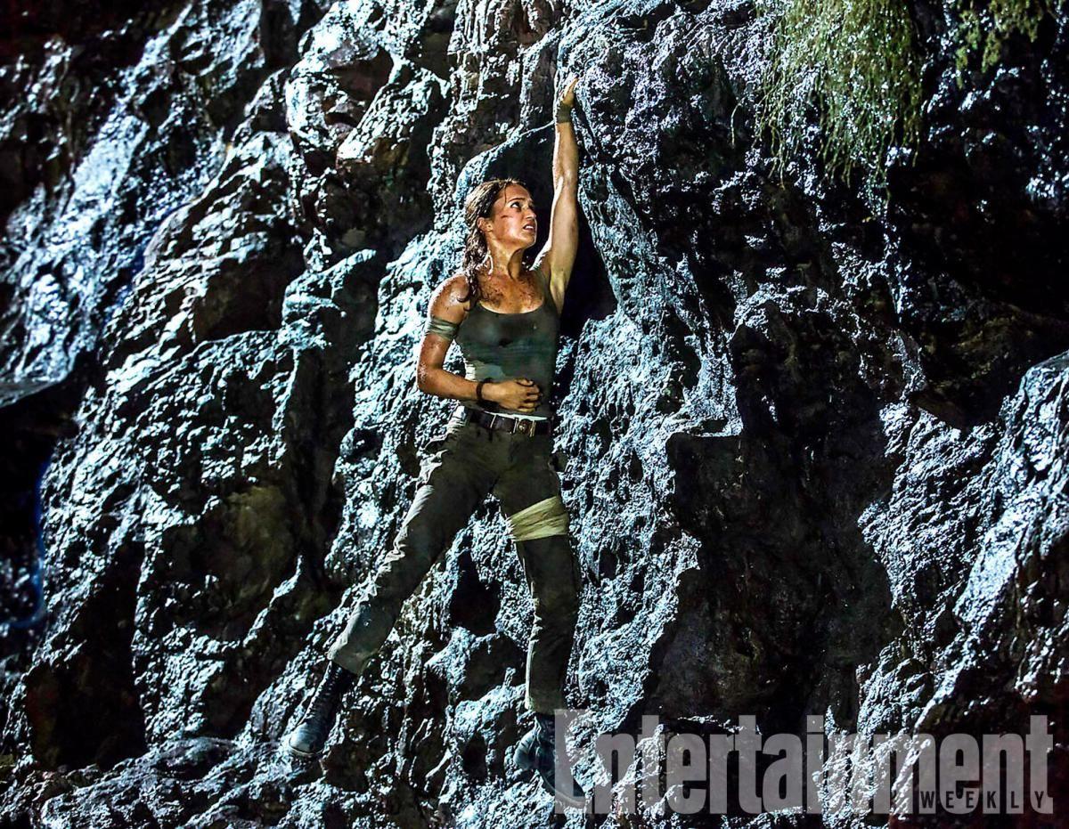 Lara Croft blessée accrochée à une falaise